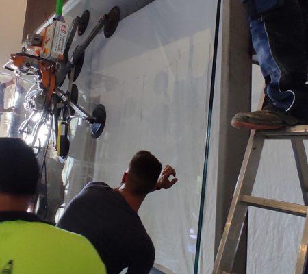 Col·loquem el vidre a la vitrina del Tapís