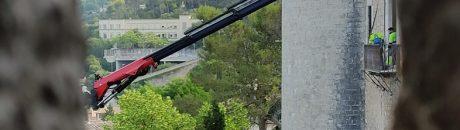 Comença la retirada de la barana del balcó.
