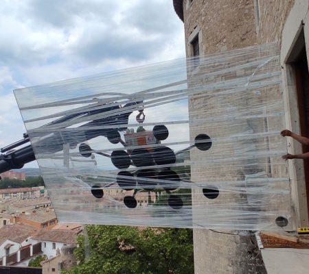 Hem d'inclinar el vidre per fer-lo entrar pel balcó