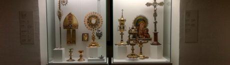 La visita acaba amb els objectes vinculats a la litúrgia. Obres al museu